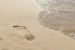 Tracce di piedi sulla spiaggia Immagini Stock