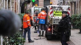 Tracce di pulizia del sangue del lavoratore di servizi pubblici di attacchi terroristici al DES Orfevres della ruta stock footage