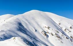 Tracce di sciatori in discesa Immagini Stock