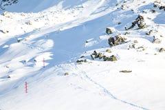 Tracce e cartelli nella neve agli itinerari turistici Immagini Stock