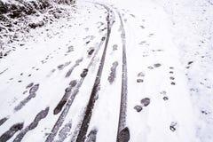 Tracce ed orme sul percorso innevato nell'inverno 2 Fotografia Stock