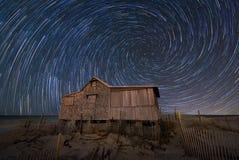 Tracce a spirale della stella sopra una baracca abbandonata fotografia stock libera da diritti