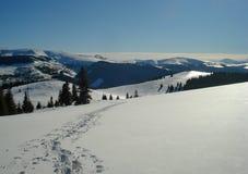 Tracce sulle montagne della neve Fotografia Stock Libera da Diritti