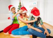 Tracción abajo de los sombreros de Papá Noel Foto de archivo