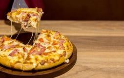 Tracción de la pizza caliente de la placa de madera Fotografía de archivo libre de regalías