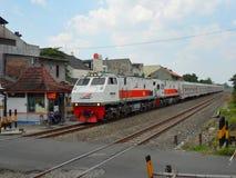 Tracción doble de las locomotoras que acarrean el tren de pasajeros imagen de archivo libre de regalías