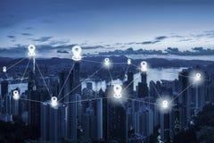 Tracci il piano del perno sopra lo scape della città ed il concetto della connessione di rete - N immagine stock
