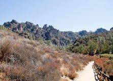 Traccia alle rocce delle rupe dei culmini Fotografia Stock