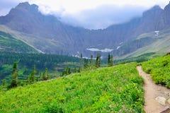 Traccia alpina al ghiacciaio del lago iceberg in Glacier National Park Fotografie Stock