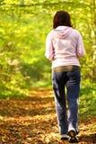 Traccia ambulante del paese trasversale della donna nella foresta di autunno Fotografie Stock Libere da Diritti