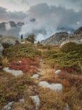 Traccia attraverso il paesaggio della montagna con la nuvola bassa al tramonto Immagine Stock Libera da Diritti