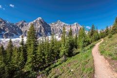 Traccia dei turisti in Rocky Mountains, Canada Immagine Stock
