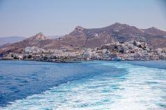 Traccia del mare blu schiumoso che lascia Naxos sul traghetto Immagini Stock