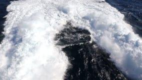 Traccia dell'acqua che spuma dietro un traghetto nell'Oceano Atlantico archivi video