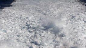 Traccia dell'acqua che spuma dietro un traghetto nell'Oceano Atlantico video d archivio