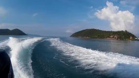 Traccia dell'acqua formata dal motore della barca di velocità Traccia dell'acqua che spuma dietro la barca video d archivio
