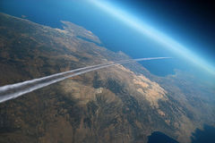 Traccia dell'aeroplano sopra la terra di mattina. Fotografia Stock Libera da Diritti