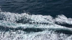 Traccia dell'onda di oceano dietro un motoscafo 4K video d archivio
