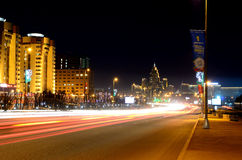 Traccia della luce della banchina del ponte di notte di Astana Fotografie Stock Libere da Diritti
