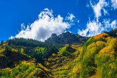 Traccia delle sorgenti di acqua calda di enigma del fogliame di caduta di Colorado immagini stock libere da diritti