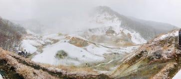 Traccia di camminata di legno bagnata del sentiero per pedoni della valle dell'inferno di Jigokudani con la foschia enorme dello  immagine stock libera da diritti