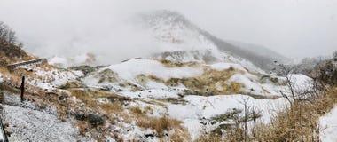 Traccia di camminata di legno bagnata del sentiero per pedoni della valle dell'inferno di Jigokudani con la foschia enorme dello  immagine stock