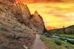 Traccia di escursione alla centrale Oregon di Smith Rock State Park immagini stock libere da diritti
