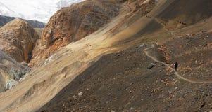 Traccia di escursione in alte montagne Immagini Stock