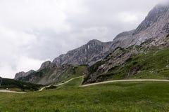 Traccia di escursione attraverso le montagne delle alpi bavaresi Immagine Stock
