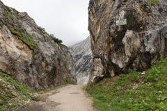 Traccia di escursione attraverso le montagne delle alpi bavaresi Immagini Stock