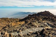Traccia di escursione che passa paesaggio vulcanico spettacolare fotografia stock libera da diritti
