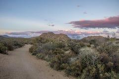 Traccia di escursione dell'Arizona di bobina con le alte nuvole al tramonto Fotografie Stock Libere da Diritti
