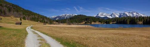 Traccia di escursione intorno al geroldsee del lago, vista panoramica a karwendel Fotografia Stock