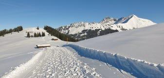 Traccia di escursione di inverno sopra il supporto Hohe Wispile Landsca di inverno Fotografia Stock Libera da Diritti