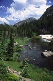 Traccia di escursione lungo un flusso in montagne rocciose Immagini Stock Libere da Diritti