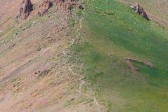 Traccia di escursione in montagne di Almaty il giorno di estate Immagini Stock