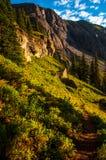 Traccia di escursione nel modo superiore del percorso del bacino del lago del ghiaccio alle montagne rocciose Fotografia Stock Libera da Diritti