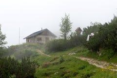 Traccia di escursione nella nebbia nelle alpi bavaresi Fotografie Stock