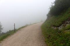 Traccia di escursione nella nebbia nelle alpi bavaresi Immagine Stock Libera da Diritti