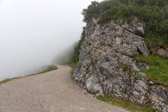 Traccia di escursione nella nebbia nelle alpi bavaresi Fotografie Stock Libere da Diritti