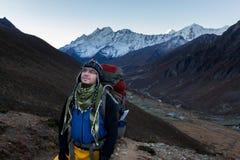 Traccia di montagna di camminata dell'alpinista sopra il villaggio di Lungde, Nepal Immagini Stock Libere da Diritti