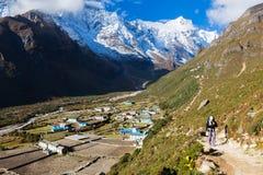 Traccia di montagna di camminata di viaggiatore con zaino e sacco a pelo nel Nepal Fotografia Stock Libera da Diritti