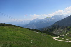 Traccia e la Baviera Germania Garmisch Partenkirchen di Alpspitze di parapendio Fotografia Stock Libera da Diritti