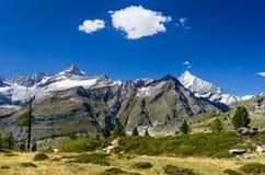 Traccia e paesaggio delle alpi della Svizzera in Zermatt Immagini Stock Libere da Diritti
