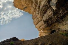 Traccia Golitsyn: Le rocce stanno appendendo sopra un sentiero per pedoni Fotografie Stock Libere da Diritti