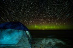 Traccia il lago Superiore della stella dell'aurora boreale della tenda della spiaggia Fotografie Stock