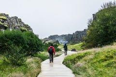 Traccia islandese con i turisti immagini stock libere da diritti