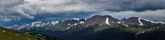 Traccia Ridge, mai montagne di estate e montagna Pano dell'esemplare immagine stock libera da diritti