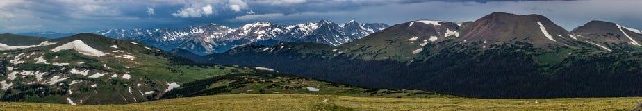 Traccia Ridge, mai montagne di estate e montagna Pano dell'esemplare fotografie stock libere da diritti