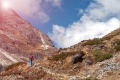 Traccia rocciosa e viandante di Mountain View del sole che camminano su Fotografia Stock